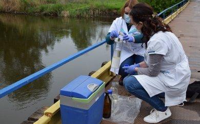 Співробітники лабораторії моніторингу вод Східного регіону регулярно перевіряють стан річок