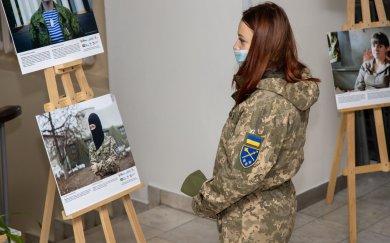 У Дніпрі відкрили фотовиставку про жінок-військовослужбовців