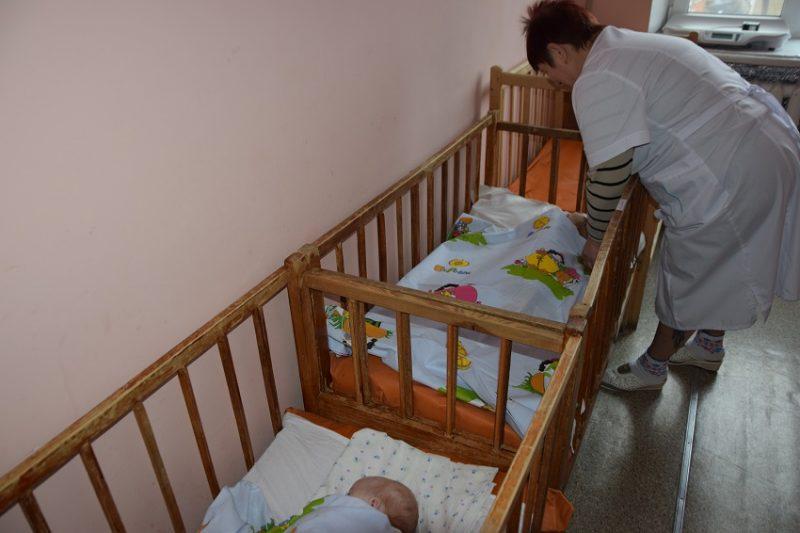 Діти-сироти в лікарнях Краматорська забезпечені всім необхідним, крім материнської ласки