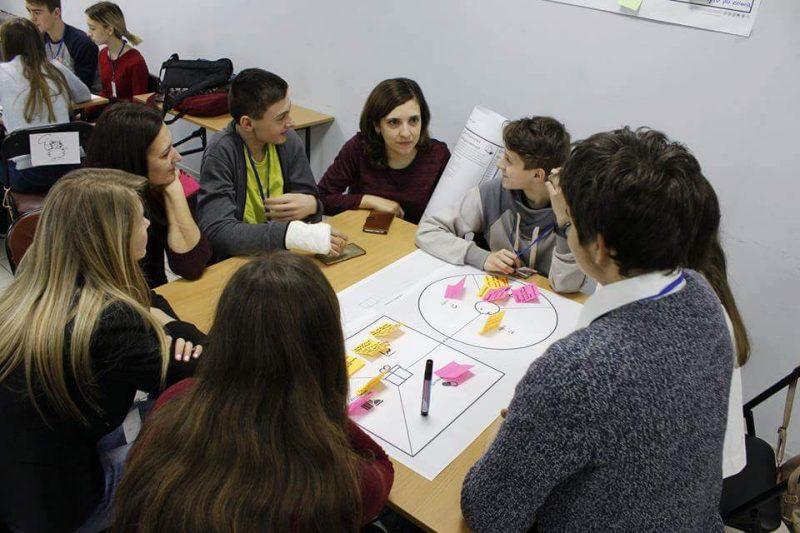У Костянтинівській школі впроваджують новий освітній проект. Інтерв'ю з учителькою англійської мови Діаною Новіковою та ученицею 10-го класу Дариною Бевзюк