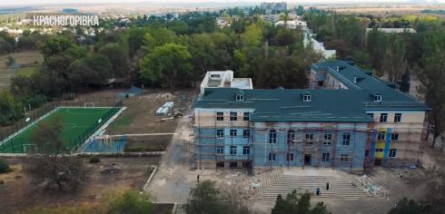 Зруйнована бойовиками школа у Красногорівці відновлюється