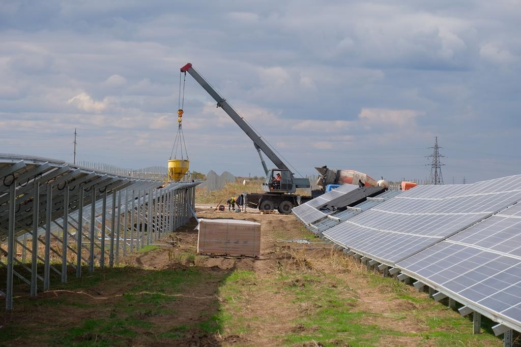 Будують найпотужнішу сонячну електростанцію в Україні - Фото №1