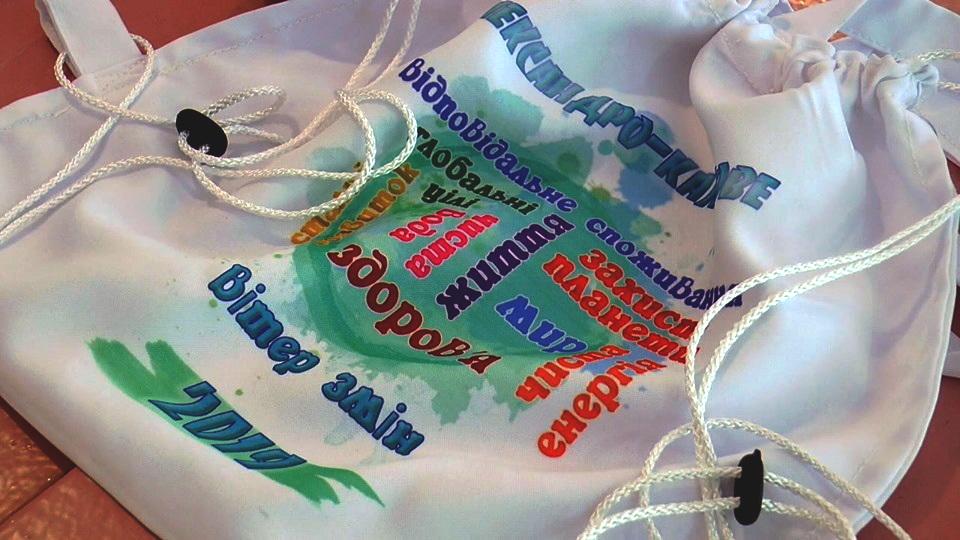 Учні Олександро-Калинівської школи шиють екосумки