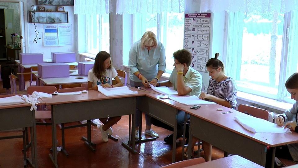 Учні Олександро-Калинівської школи шиють екосумки - Фото №1