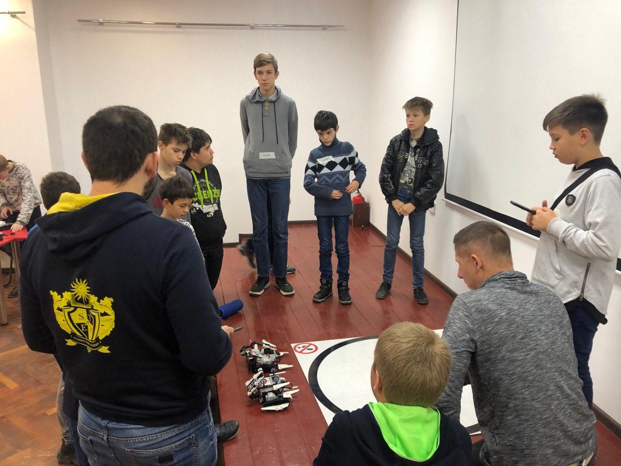 Вперше у Дружківці на Донеччині пройшов хакатон із робототехніки - Фото №1