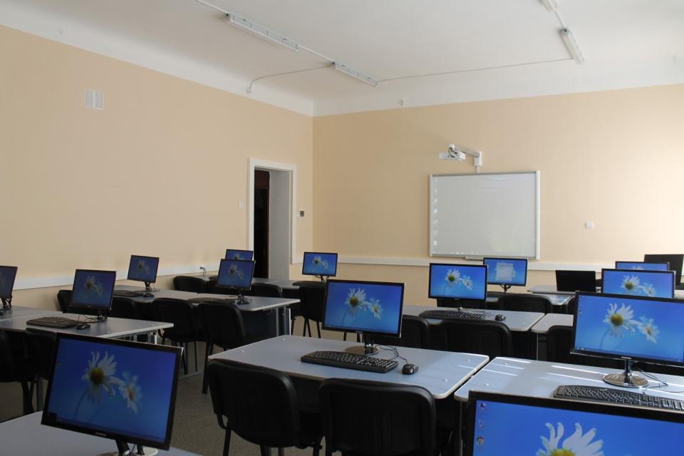 Кожній школі Краматорська – новий комп'ютерний клас ➜ АКМЦ
