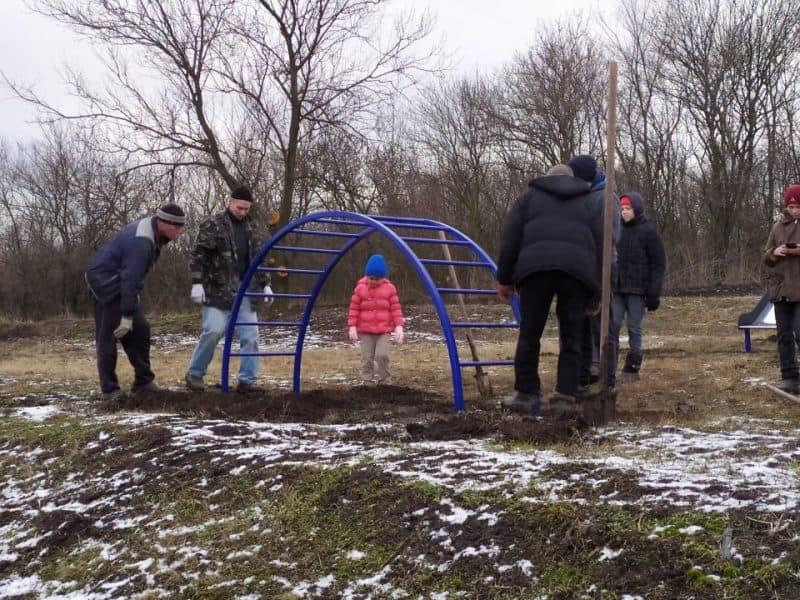 Актив громади у селі Зоря подбав про майданчик для місцевих дітей