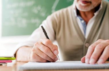 Вчителів-пенсіонерів переводять на строкові контракти