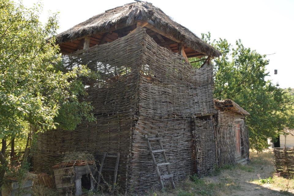 Старовинна будівля в селі Маяки Слов'янського району - Фото №4
