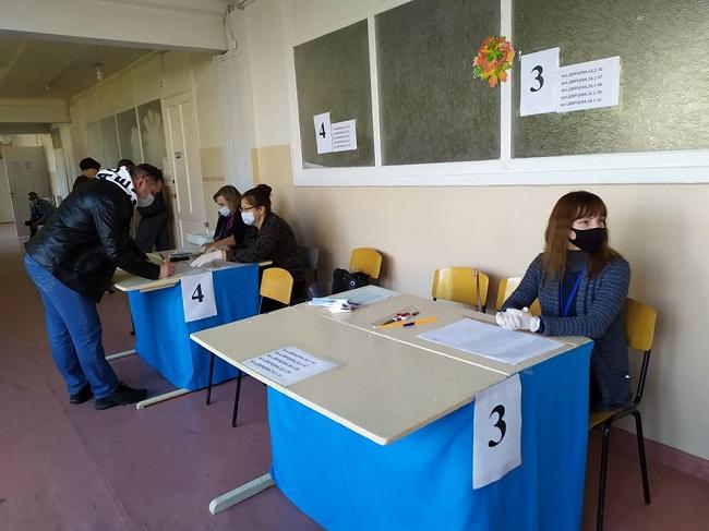 Краматорськ голосує, у першій половині дня людей на дільницях було небагато - Фото №4