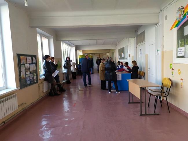 Краматорськ голосує, у першій половині дня людей на дільницях було небагато - Фото №6