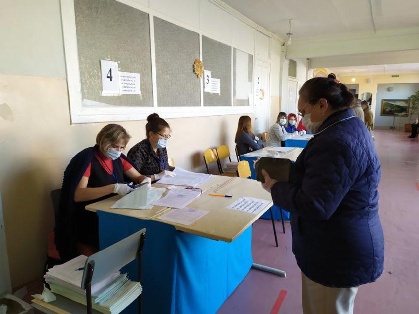 Краматорськ голосує, у першій половині дня людей на дільницях було небагато