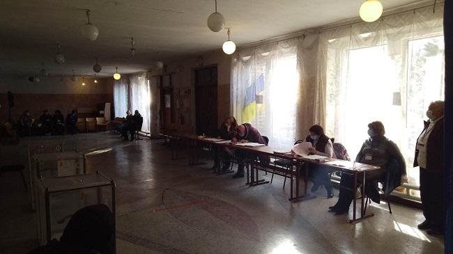 Краматорськ голосує, у першій половині дня людей на дільницях було небагато - Фото №9