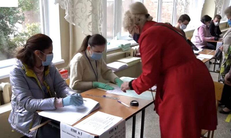 Низька явка, фотографування у кабінках та помилкове погашення бюлетенів – як голосує південь Донеччини