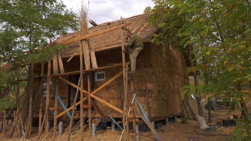 Ветеран АТО будує собі мазанку та вирощує шипшину