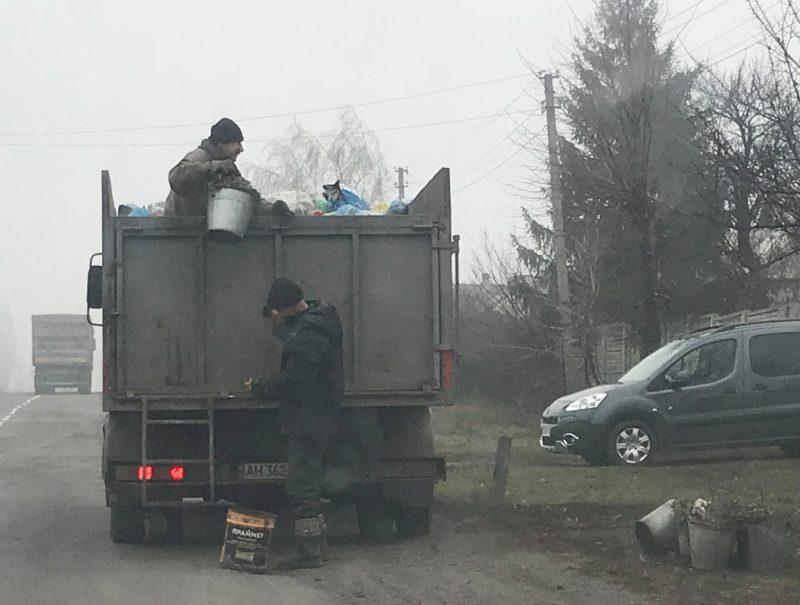 Що роблять зі сміттям в селах на лінії розмежування